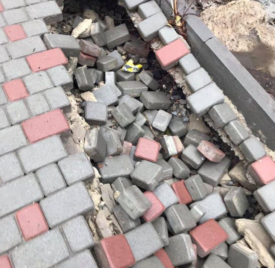 У Тернополі на Коновальця провалилася бруківка (фотофакт)